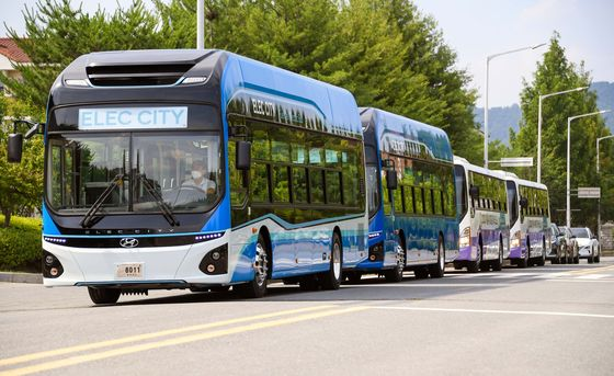 Hyundai Motor's hydrogen-powered buses are demonstrated on Tuesday. [HYUNDAI MOTOR]