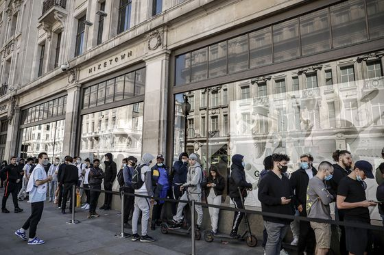 People queue outside the Niketown shop in London on Monday. Whether its German holidaymakers basking in Spain's sunshine or Parisians renewing their love affair with their city, Monday's border openings and further scrapping of restrictions offered Europeans a taste of pre-coronavirus life that they may have taken for granted. [AP/YONHAP]