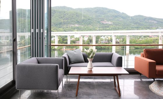 A house located in Yangpyeong, Gyeonggi is used for Airbnb accommodation. Its living room features a table and sofas from Megong. [MEGONG]