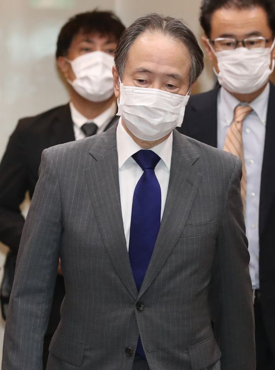 Japanese Ambassador Koji Tomita leaves the Korean Foreign Ministry in central Seoul on Monday after Korea lodged a protest over Tokyo's failure to implement measures to commemorate forced labor victims during World War II in a new information center in Tokyo on Meiji-era industrial sites. [YONHAP]