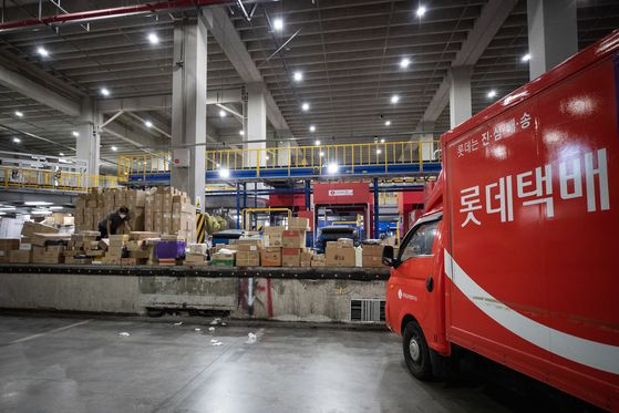A Lotte distribution center in Songpa District, southern Seoul, is shut down for disinfection Monday after a worker there came down with the coronavirus. At least 159 of his colleagues have been ordered to get tested and self-isolate at home. [NEWS1]