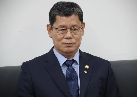 South Korean Minister of Unification Kim Yeon-chul announces his resignation to reporters on Wednesday. [YONHAP]