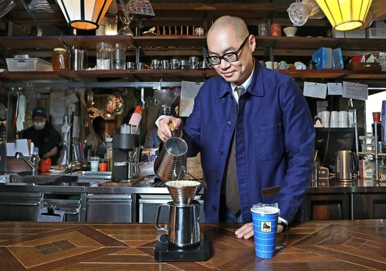 Kim Byung-ki, one of the founding members of Fritz Coffee, brews a cup at the company's store in Dohwa-dong, in western Seoul's Mapo District, one of the three Fritz Coffee stores in Seoul. [PARK SANG-MOON]