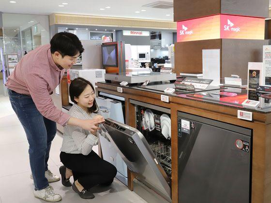 Models show off Lotte Hi-Mart's dishwashers. [LOTTE HI-MART]