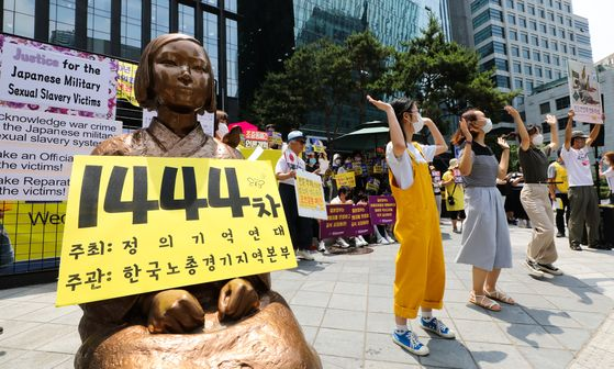 Supporters of comfort women victims stage the 1,444th Wednesday rally near the Japanese Embassy in central Seoul to express their support for the Korean Council for Justice and Remembrance for the Military Sexual Slavery by Japan and to demand an official apology to the victims from the Japanese government. [NEWS1]