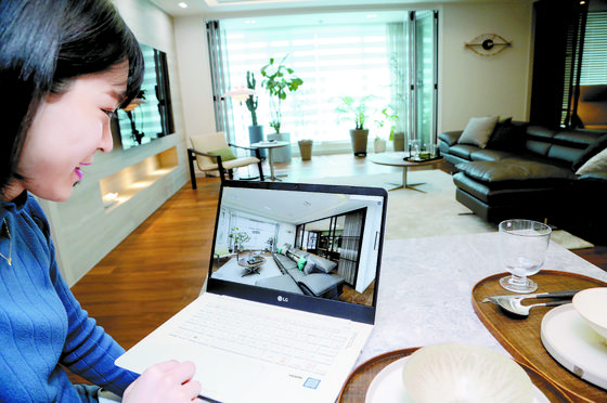 A model takes a virtual reality (VR) tour of Hanssem's home remodelling service on the company's website. [HANSSEM]