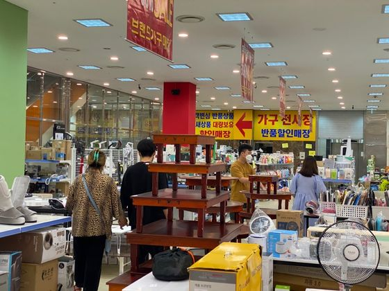 Consumers look at home appliances at Banpum Bannuri's Cheonan branch in South Chungcheong on June 4.[JEON YOUNG-SUN]
