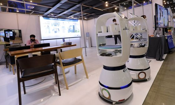 Serving robots serve drinks at a 24-hour unmanned smart robot cafe at Korea Metal Week 2020 held at Kintex in Goyang, Gyeonggi, on Wednesday. The exhibition will last until Saturday, showing off a broad range of innovative ideas for industrial applications. [YONHAP]