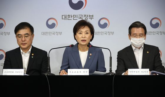 Land Minister Kim Hyun-mee, center, announces new real estate market regulations at the government complex in Seoul on Wednesday.  [YONHAP]
