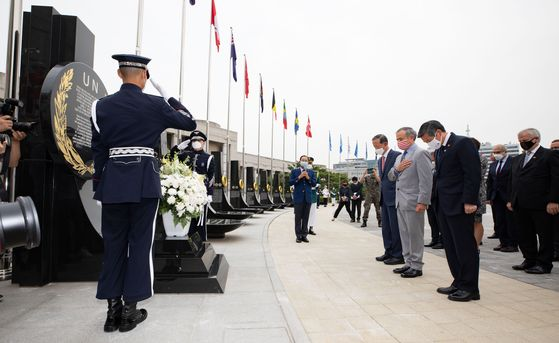 South Korean Defense Minister Jeong Kyeong-doo, right, and U.S. Ambassador to South Korea Harry Harris, second from right, pay tribute to those who died in the 1950-53 Korean War at the War Memorial of Korea in central Seoul on Thursday. [NEWS1]