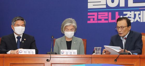 Defense Minister Jeong Kyeong-doo, left, and Foreign Minister Kang Kyung-wha, center, listen to Democratic Party Chairman Lee Hae-chan's remarks at the meeting with the party leaders.  [YONHAP]