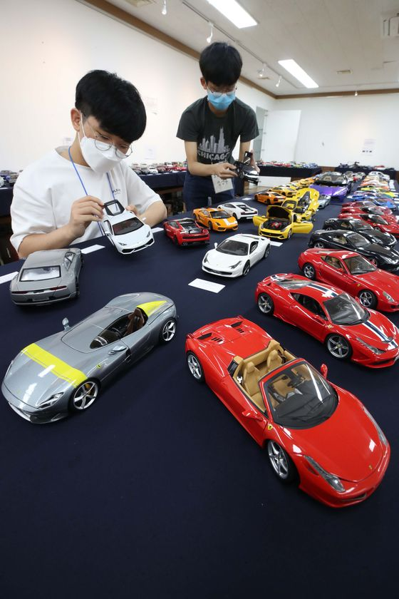 Various world-class car models are displayed at the Die-Cast Model Car Exhibition held at the Daegu Dongbu Public Library in Daegu on Thursday. About 400 different die-cast models are on display, each one one-eighteenth the size of the original vehicle. The exhibition, which runs through Sunday, is free of charge. [YONHAP]