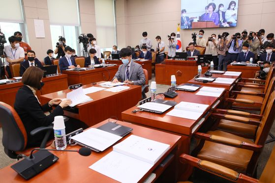 Lawmakers of the main opposition United Future Party (UFP) boycott the Legislation and Judiciary Committee meeting on Thursday to protest the National Assembly speaker and the ruling Democratic Party's operation of the legislature.  [YONHAP]