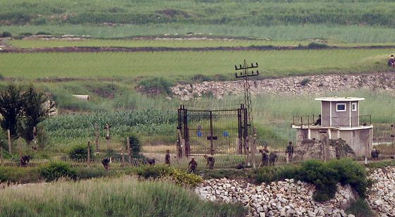 North Korean troops work next to a coastal barbed wire fence on the demilitarized zone (DMZ) in North Hwanghae Province on Thursday near a South Korean observatory in Incheon. [YONHAP]