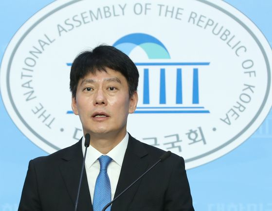 Han Min-soo, spokesman of the National Assembly, announces Friday that Speaker Park Byeong-seug postponed a main session as the main opposition United Future Party continues its protest. [YONHAP]