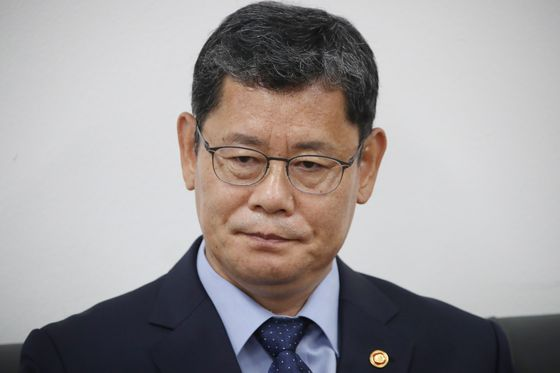 Unification Minister Kim Yeon-chul describes for reporters Wednesday his decision to step down.  [YONHAP]