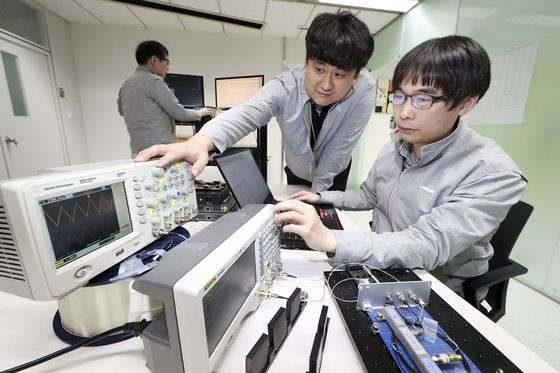 KT researchers test its quantum cryptography communication technology. [KT]