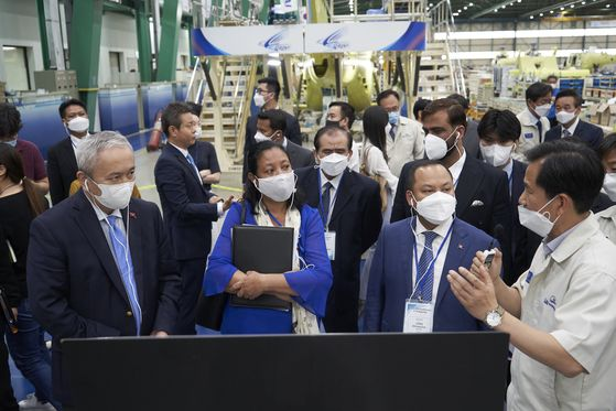 Foreign officials from 16 countries hear about aircraft from Korea Aerospace Industries (KAI) at an assembly line of the company's headquarters in Sacheon, South Gyeongsang, on June 17. [KAI]