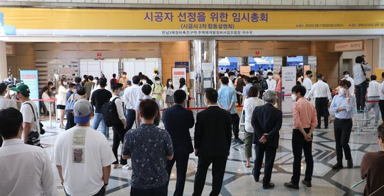 Landlords with houses in Hannam-dong, Seoul, gather at a general meeting to chose construction companies to manage redevelopment projects in Hannam district 3 at COEX, southern Seoul, on Sunday. The project is gaining interest as it will be the country's largest redevelopment. [YONHAP]