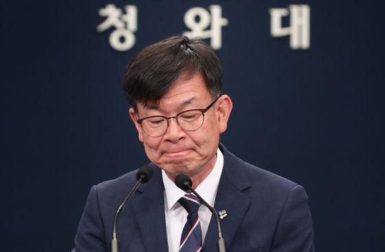 Blue House policy chief Kim Sang-jo holds a press briefing at the Blue House on Sunday urging the National Assembly to pass the third supplementary budget. [YONHAP]