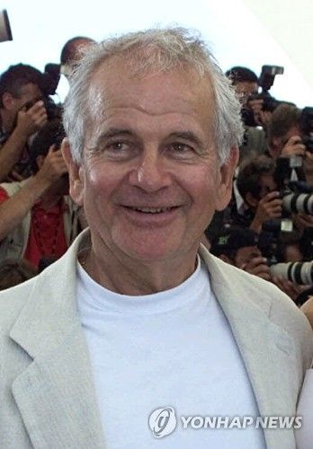 """British actor Ian Holm appears during a photocall for the film """"Esther Kahn"""" at the Film Festival in Cannes, France on May 19, 2000. [AP/YONHAP]"""