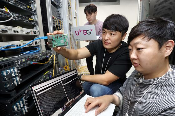 LG U+ employees at demonstrate its module that uses quantum resistance encryption technology. [LG U+]