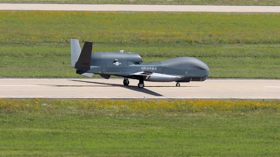 A Global Hawk, a high-altitude, remotely-piloted, surveillance aircraft, taxis on a runway at an airbase in Sacheon, South Gyeongsang, on Monday after returning from a reconnaissance mission. [YONHAP]