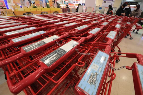 Shopping carts are parked unused at a discount shop. [NEWS1]