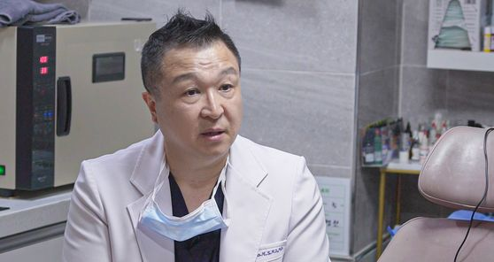 Cho speaking in his clinic in Myeongdong, central Seoul, during an interview with the Korea JoongAng Daily. [JEON TAE-GYU]