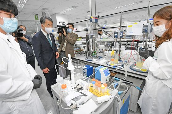 Health and Welfare Minister Park Neung-hoo visits GC Pharma in Yongin, Gyeonggi, last month to examine the development of the plasma-derived Covid-19 treatment. [NEWS1]