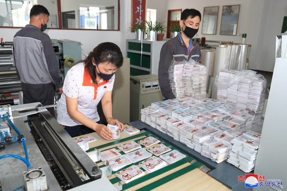 North Korean workers prepare propaganda leaflets condemning the South, which the regime's state media announced would be released en masse across the border soon. [YONHAP]