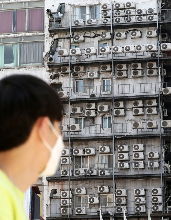 Air-conditioning units, on an outer wall of a high-rising building in Seoul, spew hot air on Monday as daytime temperature reached 35 degrees Celsius (95 Fahrenheit) in Seoul.  [NEWS1]