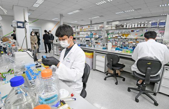 GC Pharma researchers develop a plasma-derived treatment in Yongin, Gyeonggi. [NEWS1]