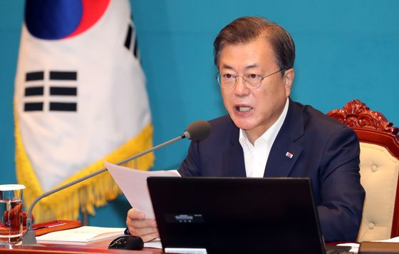 President Moon Jae-in presides over a meeting Tuesday to prepare for a second wave of Covid-19 outbreaks in Seoul and Gyeonggi province. [JOINT PRESS CORPS]