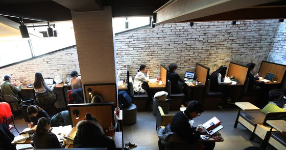 A photo of a coffee shop in Seoul taken in 2017 that serves a single person. [YONHAP]