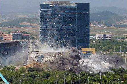 North Korean state television aired Wednesday that North Korea demolished the inter-Korean liaison office in Kaesong Tuesday afternoon. [YONHAP]