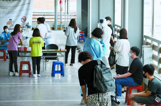 People go through diagnostic tests at a Covid-19 testing site in Gwangju on Monday. [YONHAP]