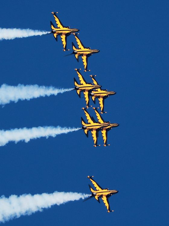 The Black Eagles, an aerobatic flight fleet of the Korean Air Force, perform a stunt rehearsal over Busan on Tuesday. The aerobatic flight team is preparing to mark the 70th anniversary of the Battle of Korea Strait, which will be held in Busan on June 27. [YONHAP]