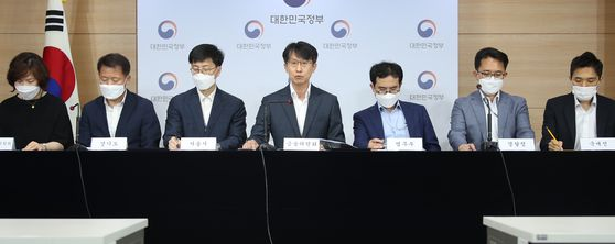 Lee Myung-soon, Financial Services Commission director general on consumer finance, center, announcing government measures against financial fraud with officials from other government departments, including the Justice Ministry, the police and the tax agency at the government complex in Seoul on Tuesday. [YONHAP]