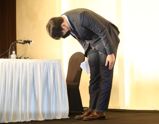 Former major leaguer Kang Jung-ho bows before the start of a press conference at Standford Hotel in Seoul on Tuesday. [YONHAP]