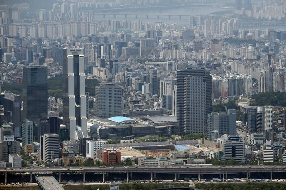 A bird's-eye view of Songpa District in eastern Seoul on Tuesday, when new regulations on land transactions took effect in the Songpa and Gangnam districts of Seoul. Under the regulations, any housing transactions, including those with jeonse loans, that are not reported could result in a two-year prison sentence. The government plans to keep an eye on irregular transactions in these areas. [YONHAP]