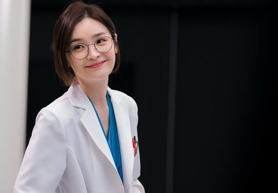 "Doctor Chae Song-hwa (played by Jeon Mi-do) in tvN drama series ""Hospital Playlist"" is an example of a good leader who is trusted by her juniors. [TVN]"