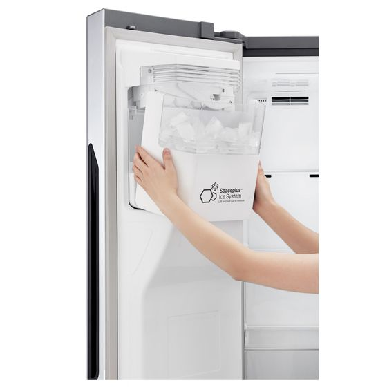 LG Electronics' door freezer fitted with patented ice-making technology. [YONHAP]