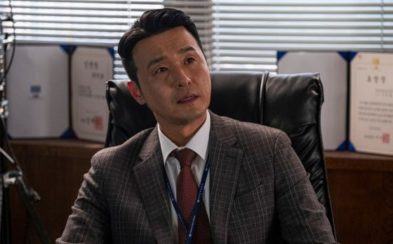 "Chief prosecutor Cho Min-ho (played by Lee Sung-jae) is another example of a good mentor who truly cares about his juniors in JTBC drama series ""Diary of a Prosecutor."" [JTBC]"