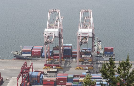 Cargo loading cranes at a port in Busan on June 1. The IMF lowered Korea's economic growth forecast due to the coronavirus crisis and its effect on world trade. [YONHAP]