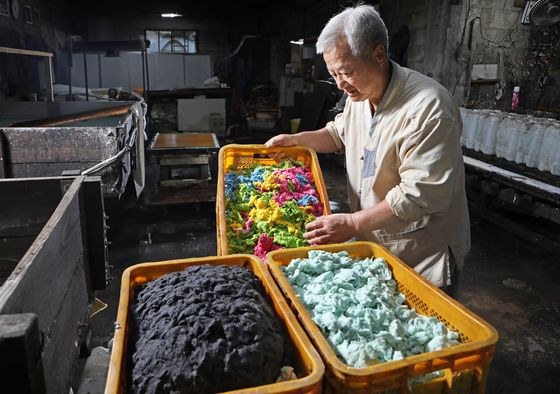 Jang transports boxes of fibers made from paper mulberry, the key material for hanji. [PARK SANG-MOON]