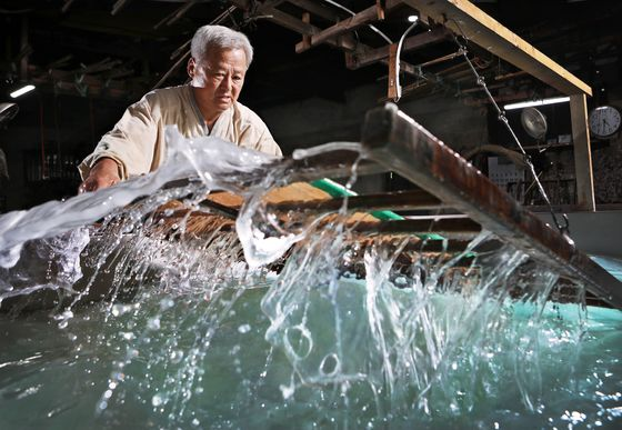 Jang Eung-yeall, who is designated as the No.32 intangible cultural asset of Gangwon Province for his craftsmanship in making hanji or traditional Korean paper, produces hanji at his studio, located in Usan-dong, Wonju, Gangwon Province. He makes the paper using a tool called oibal. [PARK SANG-MOON]