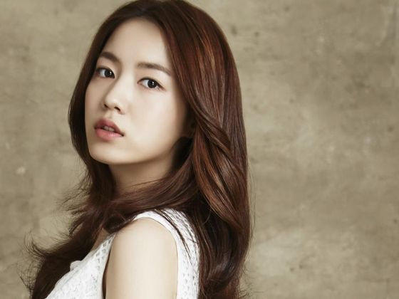Singer-turned-actor Ryu Hwa-young signed a contract with her new agency, Polaris Entertainment, on Wednesday. [POLARIS ENTERTAINMENT]