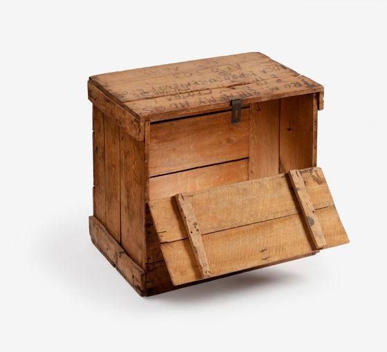 A wooden box into which Lee Soon-dong's parents, residents north of the demarcation line, packed their goods and went southward in the 1940s. [NATIONAL MUSEUM OF KOREAN CONTEMPORARY HISTORY]