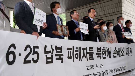 Lawyers for Human Rights and Unification of Korea holds a press conference in front of the Seoul Central District Court in southern Seoul on Thursday, announcing it has filed a lawsuit on behalf of the the families of 13 people abducted by North Korea during the 1950-53 Korean War. [YONHAP]